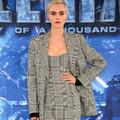 戴恩-德哈恩出席《星际特工:千星之城》记者会 卡拉-迪瓦伊格纹西装套装时髦霸气