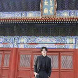 蔡徐坤受邀出席亚洲电影周 黑发西装助力亚洲文明交流