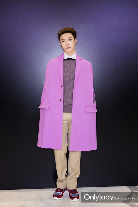 """张艺兴紫色外衣耀眼贵气  网友:""""持美行凶"""""""